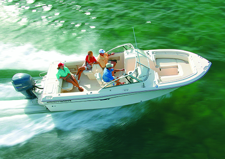 A family enjoys cruising on the Freedom 225, a 22-foot dual console model.
