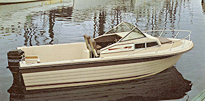 The Hatteras 204C, Grady's introductory walkaround boat.